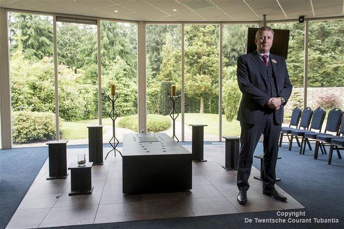 rik ter Maat, floormanager crematorium Usselo, geeft toelichting op vacature gastheer/gastvrouw in crematorium.