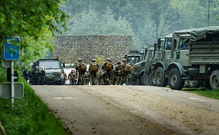 In Maasmechelen is een indrukwekkend aantal militairen en agenten op zoek naar Jürgen Conings. Beeld Joel Hoylaerts / Photo News