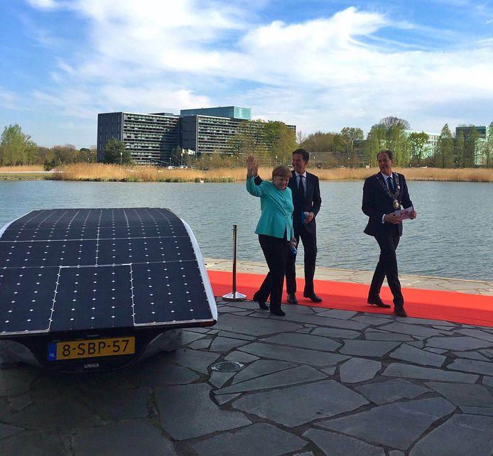 Merkel arriveert bij High Tech Campus met premier Rutte en burgemeester Van Gijzel