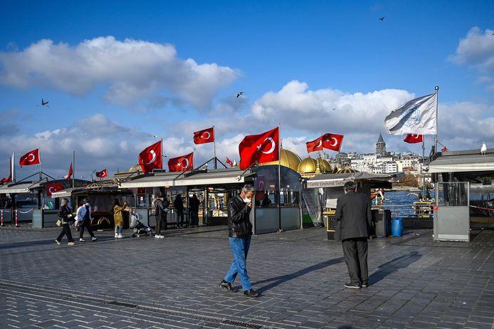Mensen wandelen op het Eminonu-plein in Istanboel, waar de eetstalletjes in het weekend gesloten zijn na de afkondiging van een gedeeltelijke lockdown.