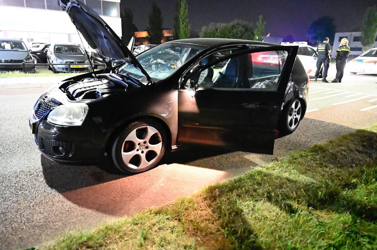 De auto is door de achtervolging van de weggeraakt en tegen een boom aangebotst. De verdachte auto is hierdoor flink beschadigd.