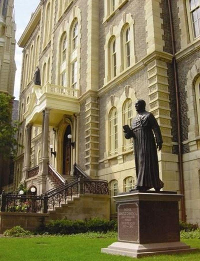 Het standbeeld van de Leurse pater Arnold Damen op het universiteitscomplex in Chicago.