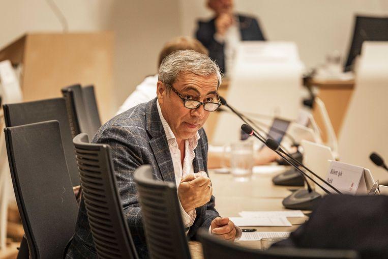 Gemeenteraadslid Bulent Isik van de PvdA aan het woord tijdens de gemeenteraad in een speciale commissievergadering over de rellen die onlangs in een aantal wijken waren.  Beeld ANP/Remco Koers