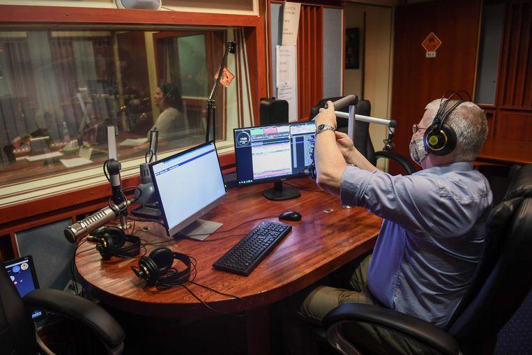 Journalisten aan het werk bij de Hongaarse zender Klubrádió, kort voordat die in februari op last van de regering Orbán uit de lucht werd gehaald.  Beeld Attila Kesbenedek / AFP