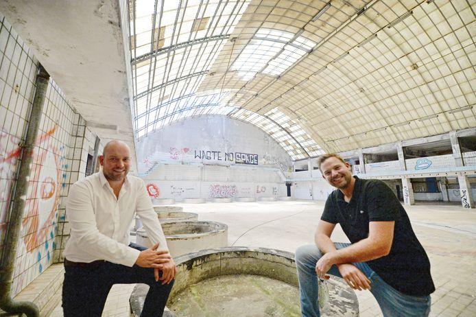 Gijs Ensink en Nick Bloeme (r) van vastgoedadviseur Som=. Op de ronde funderingen stonden vroeger enorme opslagtanks.