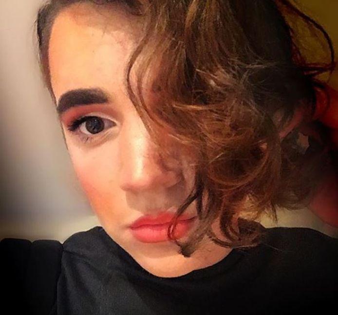 Robin volgt de laatste make-uptrends via YouTube.