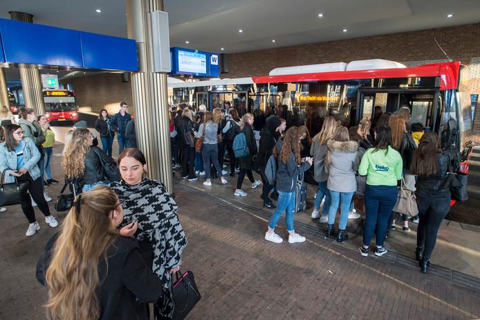 Volgens de leiding van Arriva is de busuitval een tijdelijk probleem dat zich vooral in september voordoet als de drukte op de busstations - zoals hier in Breda - toeneemt en er meer ritten verreden worden.