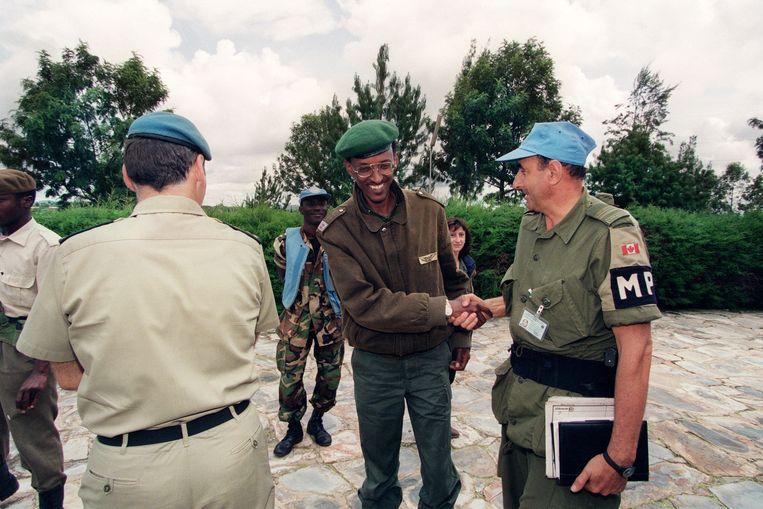 Paul Kagame, toenmalig leider van RPF, schudt op 11 mei 1994 de had van een VN-officier.  Beeld AFP