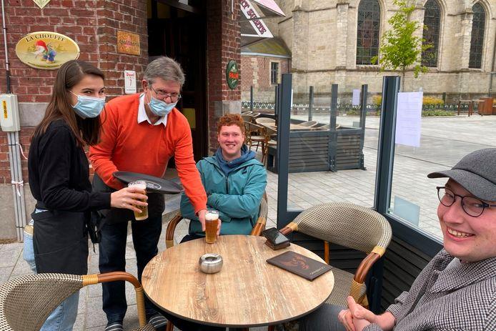 Emma De Grom en Johan Rotsaert van café De Eekhoorn aan het dorp in Lede serveren Maarten Malfroy en Arne Vermeire hun eerste pint.