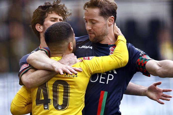 NAC-speler Marouan Azarkan in conflict met Rens van Eijden van NEC.