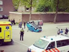 Auto slaat over de kop: bestuurder (88) met schrik vrij