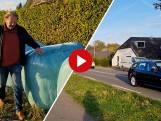 Loodzware hooibalen moeten dit huis beschermen tegen auto's die uit de bocht vliegen