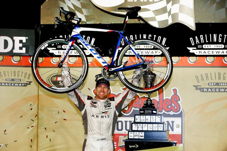 DARLINGTON, SC - SEPTEMBER 06: Carl Edwards, driver of the #19 ARRIS Toyota, poses with the trophy and bike in Victory Lane after winning the NASCAR Sprint Cup Series Bojangles' Southern 500 at Darlington Raceway on September 6, 2015 in Darlington, South Carolina. (Photo by Brian Lawdermilk/NASCAR via Getty Images) Beeld Getty Images