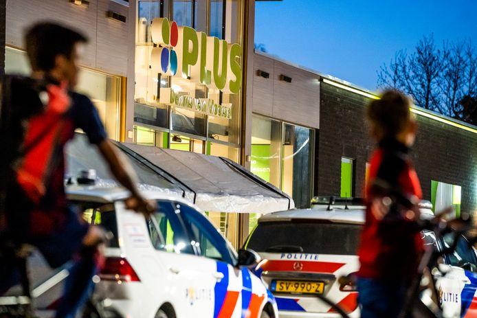 Politie bij de supermarkt in Budel-Schoot, kort na de gewapende overval.