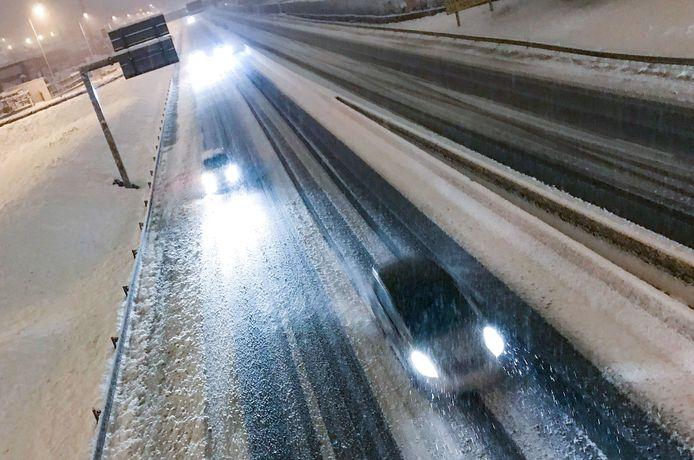 Sneeuwval zorgt voor grote problemen op onder meer de Franse autowegen in het zuidoosten van het land, zoals hier op een met sneeuw bedekte weg in de buurt van de stad Saint-Étienne.