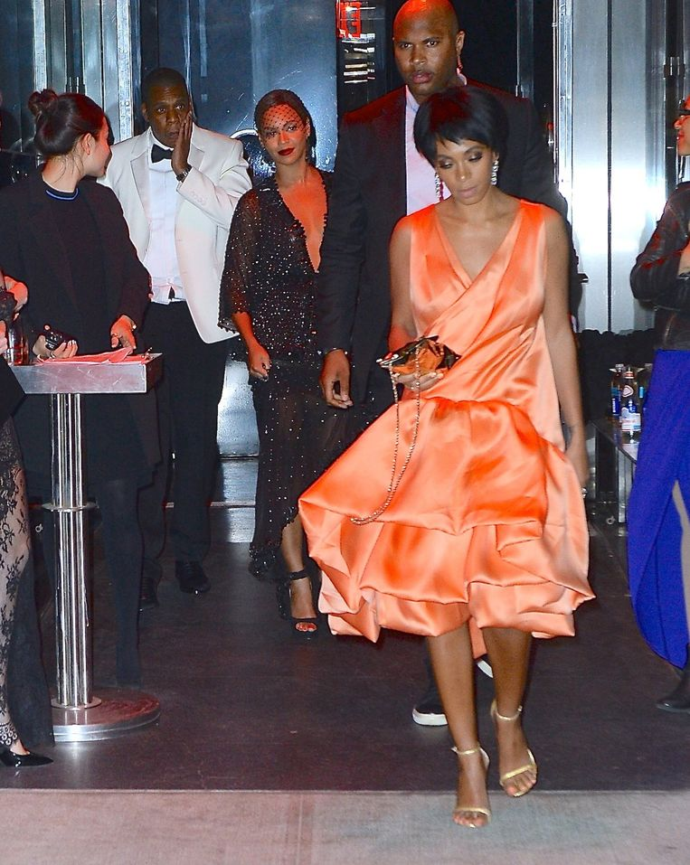 Beyonce, Jay-Z en Solange Knowles verlaten de bewuste lift na het Met Gala.