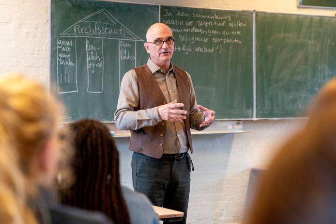 Pieter Beets voor de klas op het Sint Janslyceum in den Bosch.