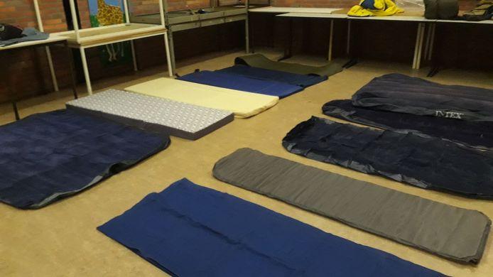 De luchtbedjes die in allerijl zijn verzameld voor de kinderen en volwassenen die moesten vluchten voor de natuurbrand in Alphen.