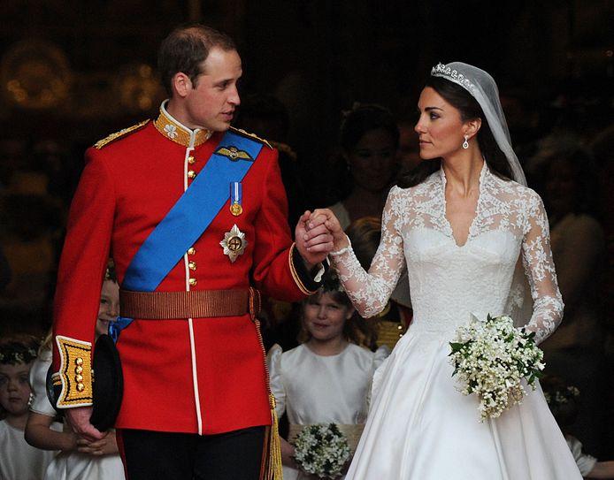Sur cette photo d'archive prise le 29 avril 2011 à Londres, le Prince William et son épouse Kate, duchesse de Cambridge, se regardent à la sortie de l'abbaye de Westminster après leur cérémonie de mariage.