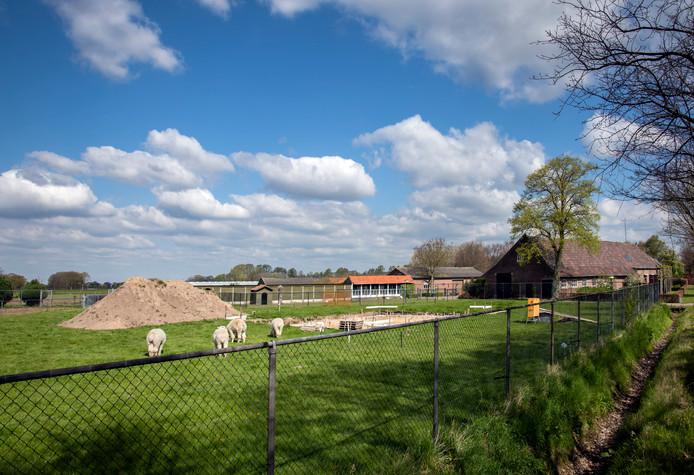 De stilgelegde bouw naast de woonboerderij van Martien Mathijssen aan de Kerkhovensestraat in Oisterwijk.