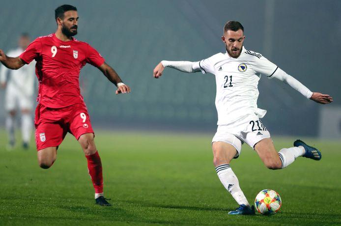 Stipe Loncar (rechts) van Bosnië haalt uit met Ahmad Nourollahi voor zich.