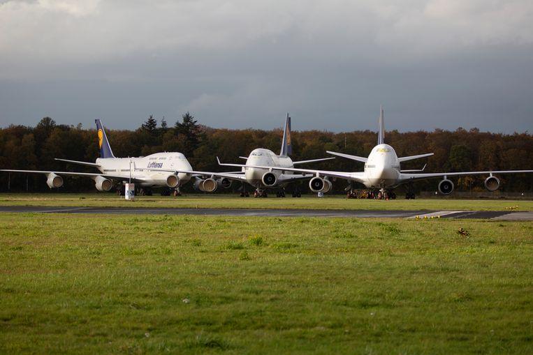 Op voormalig vliegveld Twente staan Boeings van Lufthansa geparkeerd. Beeld Herman Engbers