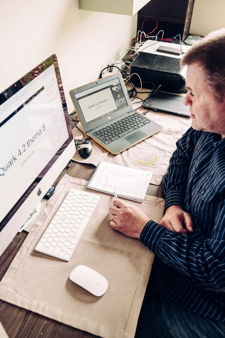 Leerkracht Henk Vanden Herrewegen: 'Er bestaat online zoveel fantastisch lesmateriaal. Waarom zou je het warm water gaan uitvinden?' Beeld © Stefaan Temmerman