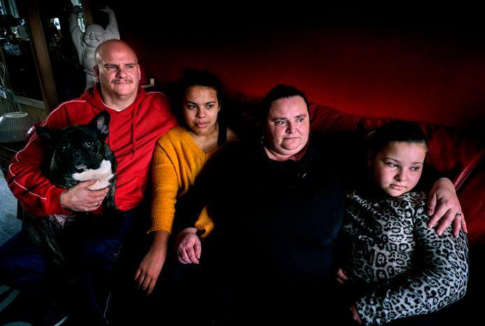 Patricia en Henri Plomp en de kinderen Lisa en Michelle. ,,Als de Belastingdienst inderdaad over de brug komt met die 30.000 euro, dan gaan we als eerste onze schulden afbetalen. Dán gaat de vlag echt uit.''