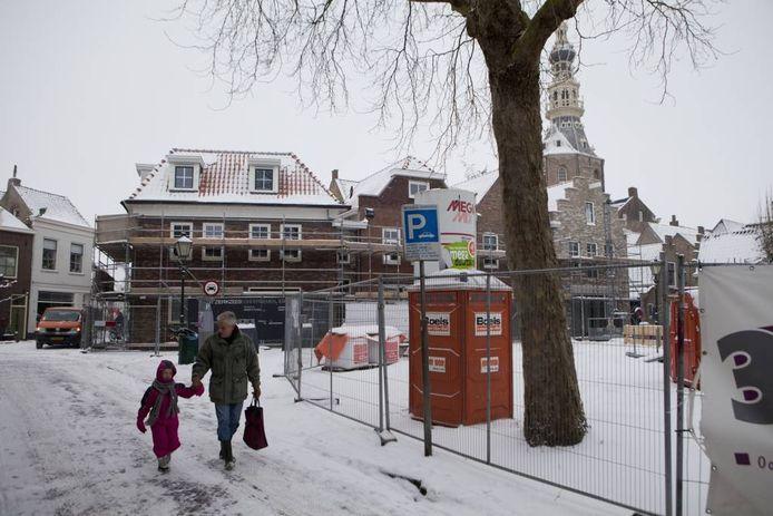 Boubedrijf Boogert is nog bezig met het afbouwen van woningen en winkels. Inzetje: De nieuwe opzet van het pleintje. De fontein komt rechts van de boom. foto Pieter van der Laan