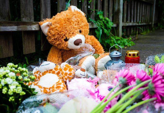 Bloemen en knuffels bij de woning van het gezin.
