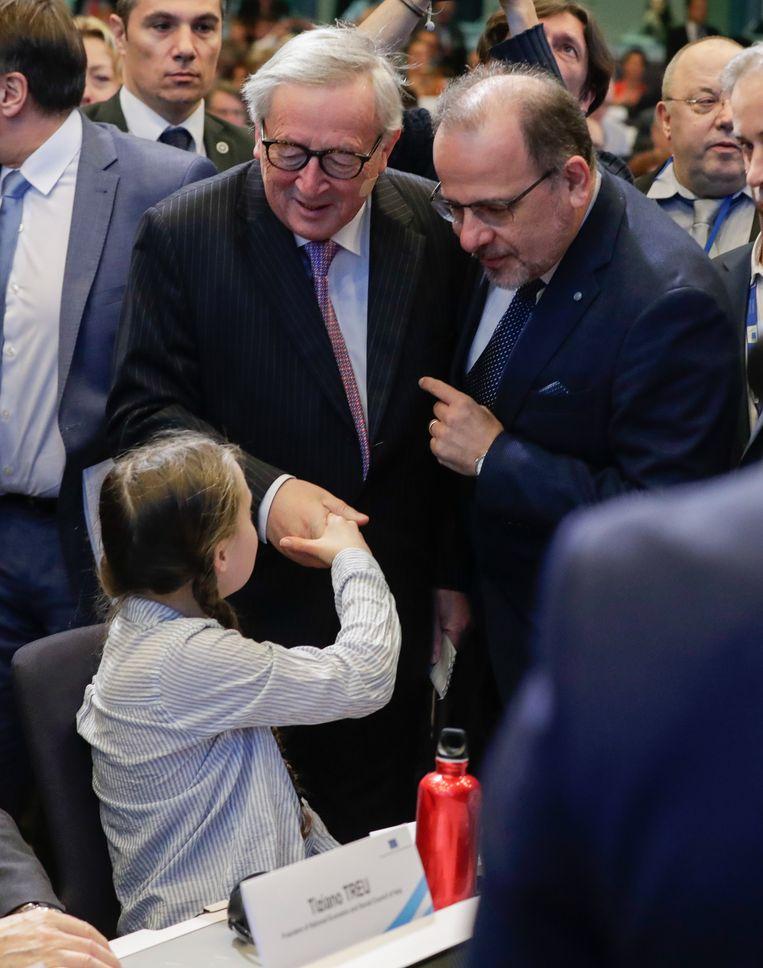 Toenmalig Commissievoorzitter Jean-Claude Juncker weet nog niet dat hij er straks van langs zal krijgen. Beeld EPA
