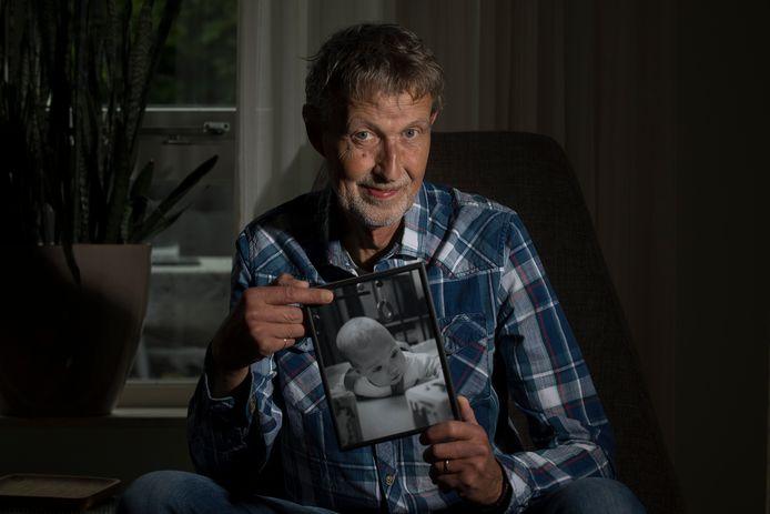 Cor van IJzendoorn met een foto van zijn overleden zoontje Bas.