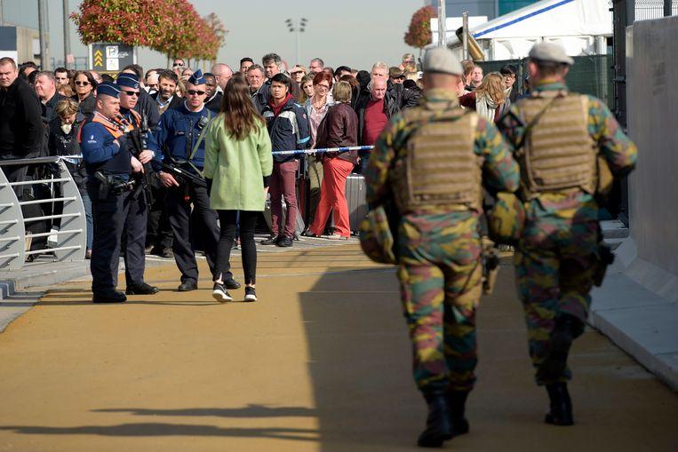 Extra veiligheidsmaatregelen aan Brussels Airport, de eerste dag van de heropening na de aanslagen op 22 maart 2016.  Beeld Photo News