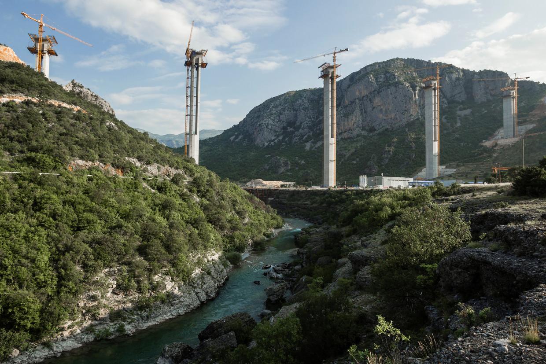 Aanleg van de snelweg van Montenegro naar Servië die met van China geleend geld werd bekostigd.