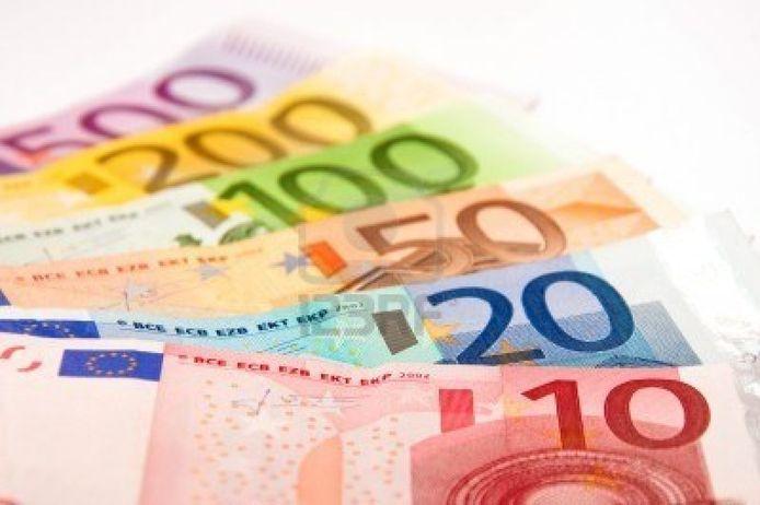 122 gelukkigen krijgen drie jaar lang 1.200 euro per maand. Het staat hen vrij dat te combineren met een job.