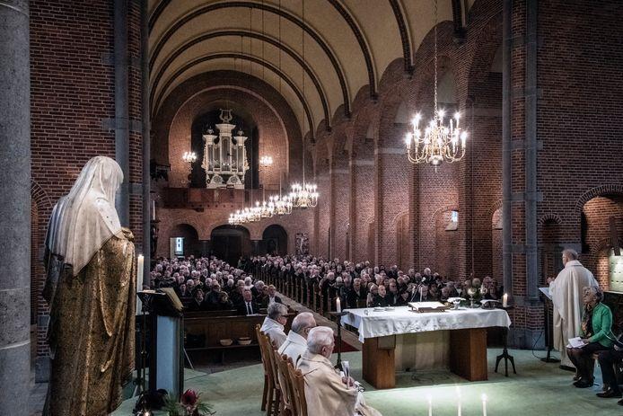 Een volle kerk tijdens de laatste dienst afgelopen januari in de H. Antonius van Paduakerk in Winssen. Komende kerstnacht blijven de katholieke kerken leeg.