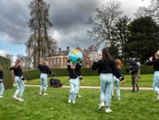 Danseressen dansen in kasteeltuin Middachten voor clip van 'Lied voor de aarde'