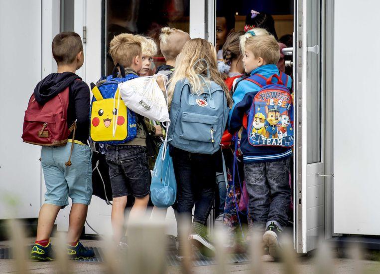 Leerlingen komen aan op school.  Beeld ANP