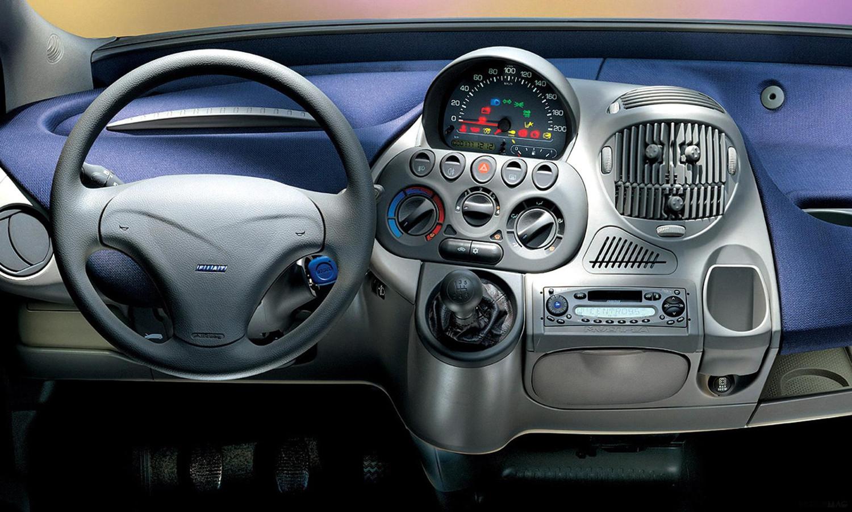 Ook het interieur van de 'lelijkste auto aller tijd' is 'anders dan anders'.