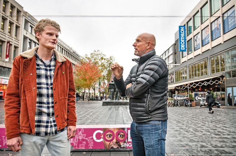 Jaap Stam-lookalike Tom praat met een Feyenoordfan op de Coolsingel. Beeld Guus Dubbelman / de Volkskrant