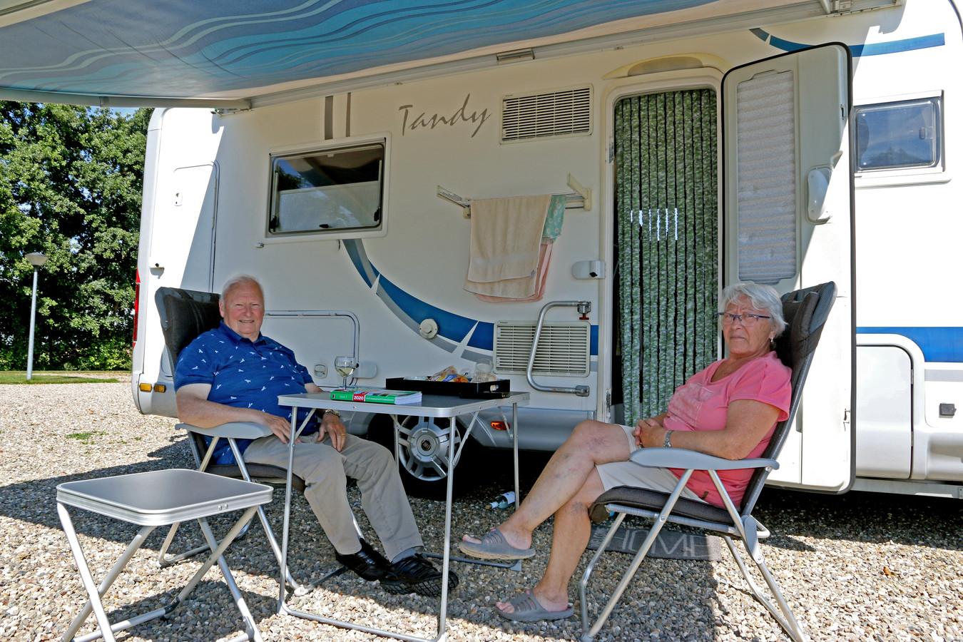Christiaan Naessens en Nicole van Eyseren uit het Belgische Kuurne, voor hun camper in de Lingewaard.