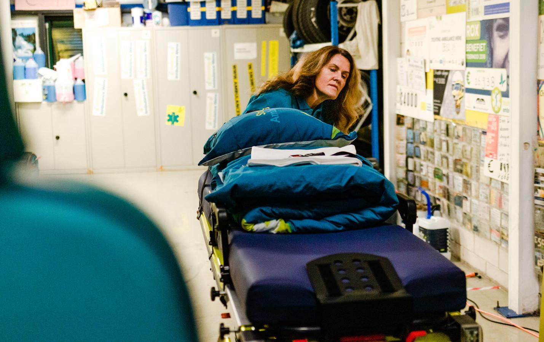 Vrijwilliger Judith Lanser rijdt een brancard in een ambulance van Stichting Ambulance Wens. De stichting vervult de wensen van mensen die lijden aan een ongeneeslijke ziekte en niet lang meer te leven hebben.