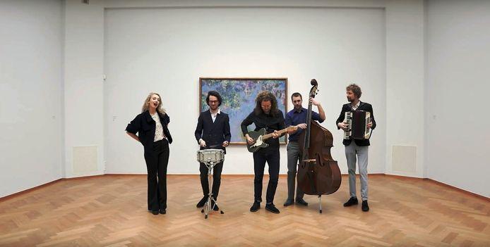 Videostill van La Haye van Tess et les Moutons. Hier staat de groep voor het schilderij Blauweregen van Monet.