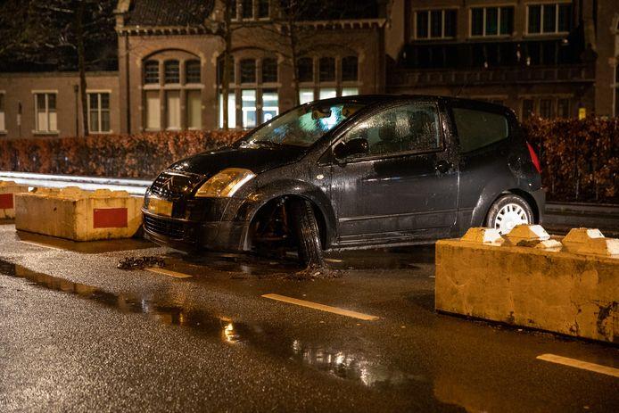 Op de Stationsstraat in Roosendaal is zaterdagavond kort voor 20.30 uur een auto tegen een betonblok gebotst.