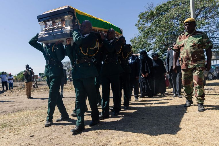 De kist met daarin het lichaam van Robert Mugabe wordt gedragen. Beeld AFP