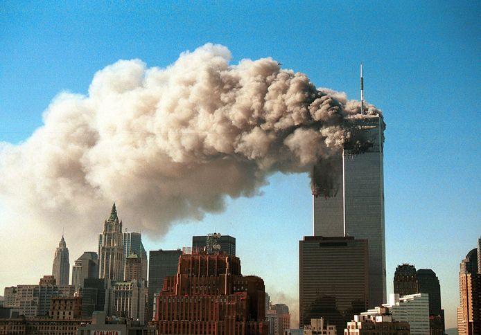 Beide torens staan in brand. Niet lang daarna storten ze in.