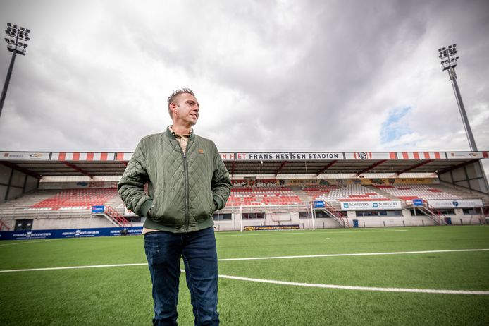 """Christian van Lieshout van de supportersvereniging van TOP Oss, in het stadion: ,,Als we zo mensen kunnen helpen, moeten we die kans niet laten liggen."""""""
