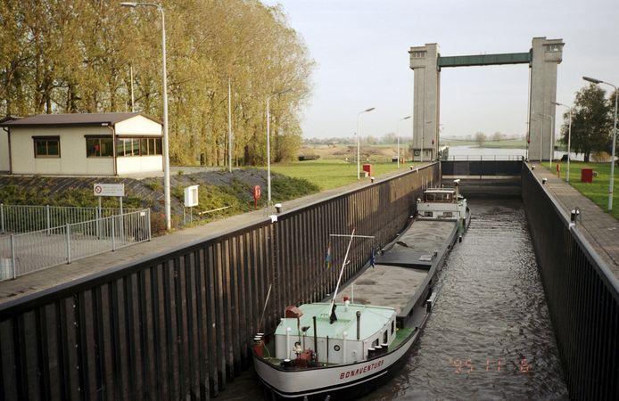 De sluis Sint-Andries bij Heerewaarden is geschikt voor schepen tot 105 meter.