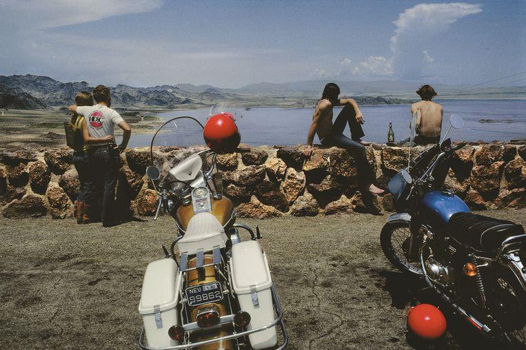 Met de motor naar Lake Mead, een meer op de grens tussen Nevada en Arizona. Beeld © HARRY GRUYAERT/MAGNUM PHOTOS
