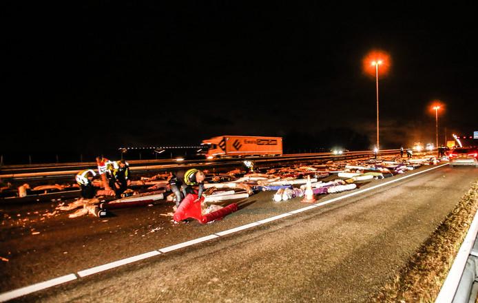 A16 ligt bezaaid met tapijten nadat een vrachtwagen zijn lading is verloren op de Moerdijkbrug.